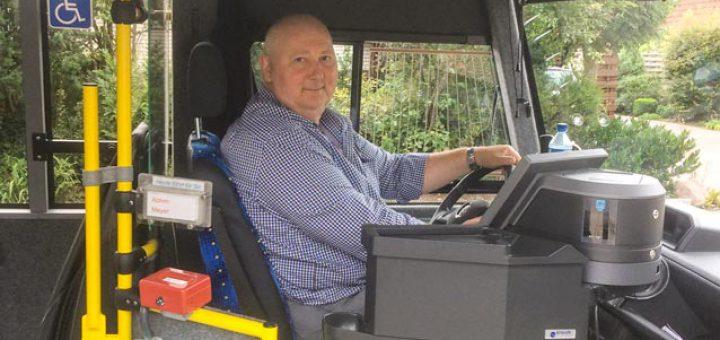 DIE LINKE Mitglied Andreas Kowitz führt den Bürgerbus
